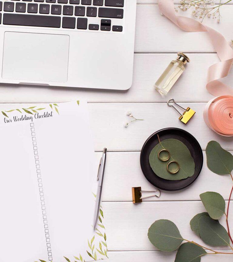 Imagen de una laptop en una mesa - Diseño de sitios web para bodas